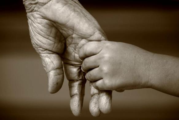 anciano-y-nino-manos